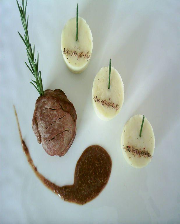 Mignon de porc piqué au romarin, purée de pomme de terre à l'ail, sauce moutarde à l'ancienne: