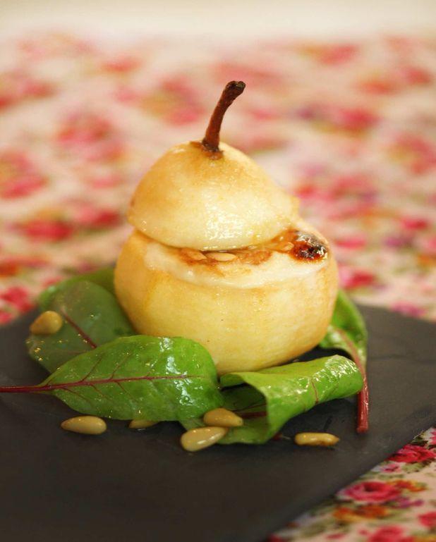 Salade et poire farcie au Banon et pignons de pin