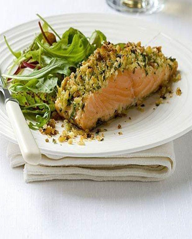 Saumon sauvage rose en croûte de parmesan sur lit de crème de légumes verts et oeufs de cabillaud d'Alaska