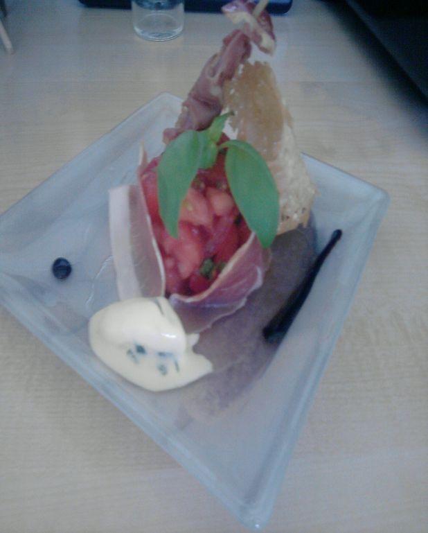 Tartare de tomates aux herbes fraiches, jambon séché et cru, tuile de parmesan, réduction balsamique et sorbet basilic