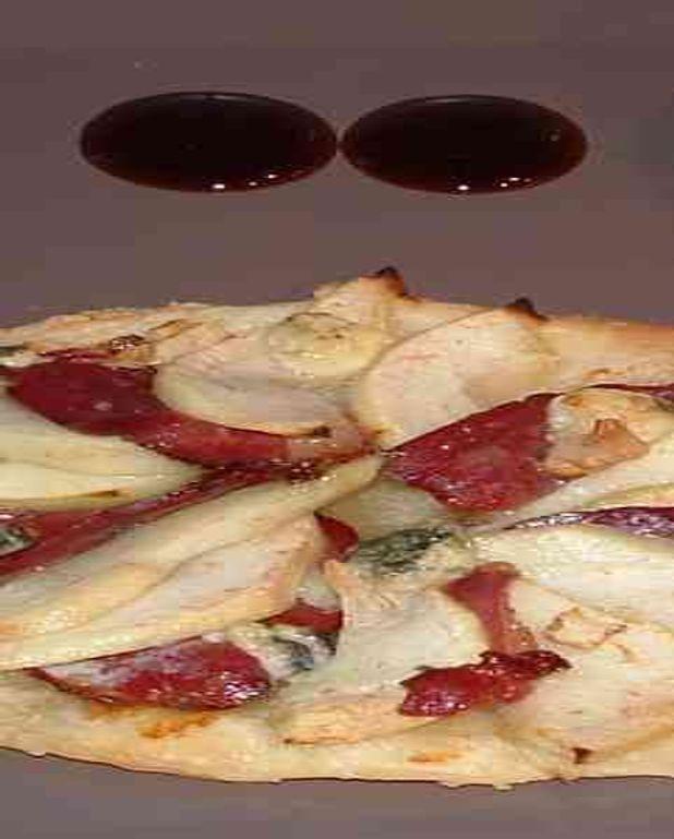 Tarte fine magret de canard, poires, bleu d'Auvergne, noix et son caramel vinaigre balsamique