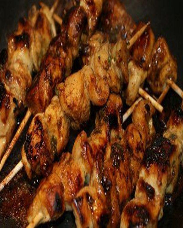 Yakitori au poulet mariné à la sauce Worcestershire et à la menthe