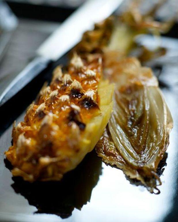 Ananas rôti à la broche avec des endives caramélisées