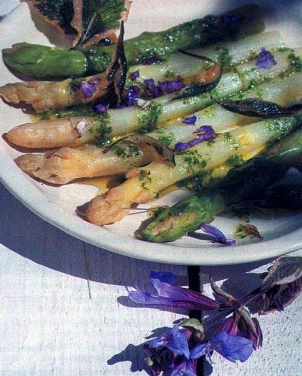 Asperges chaudes, vinaigrette persil et sauge frite