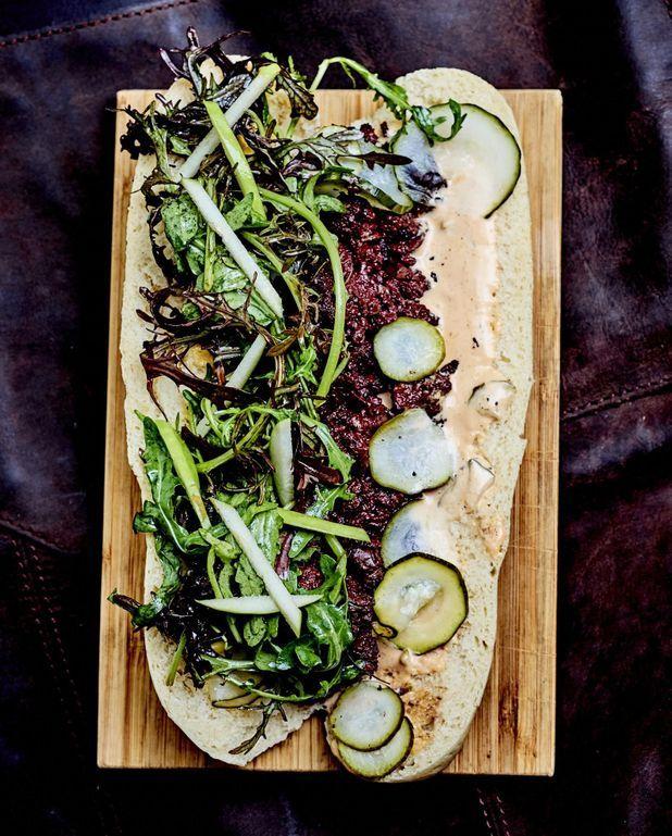 Baguette croustillante, boudin noir et pickles de courgette