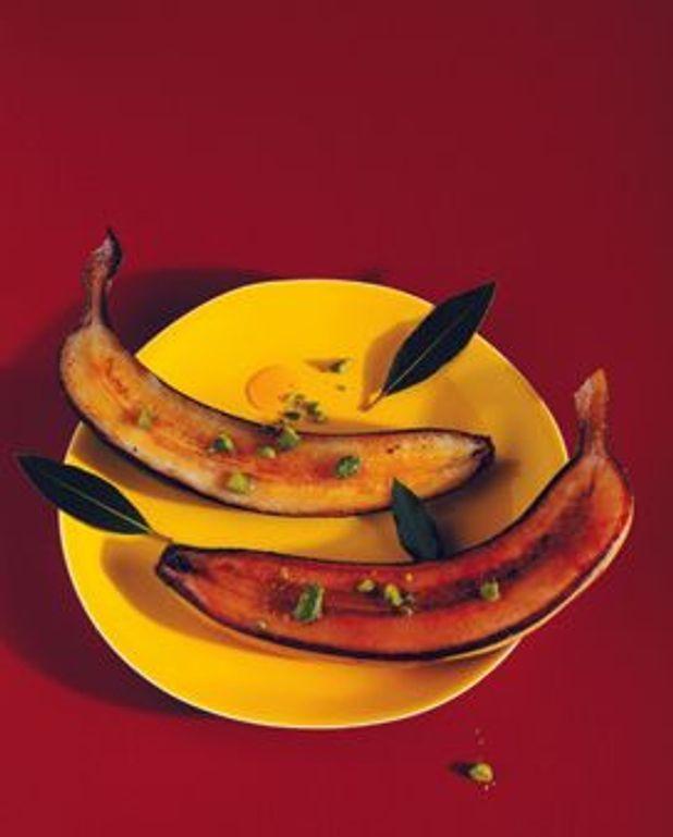 Bananes entieres roties dans leur peau, caramélisées , jus miéllé aux pistaches et au citron