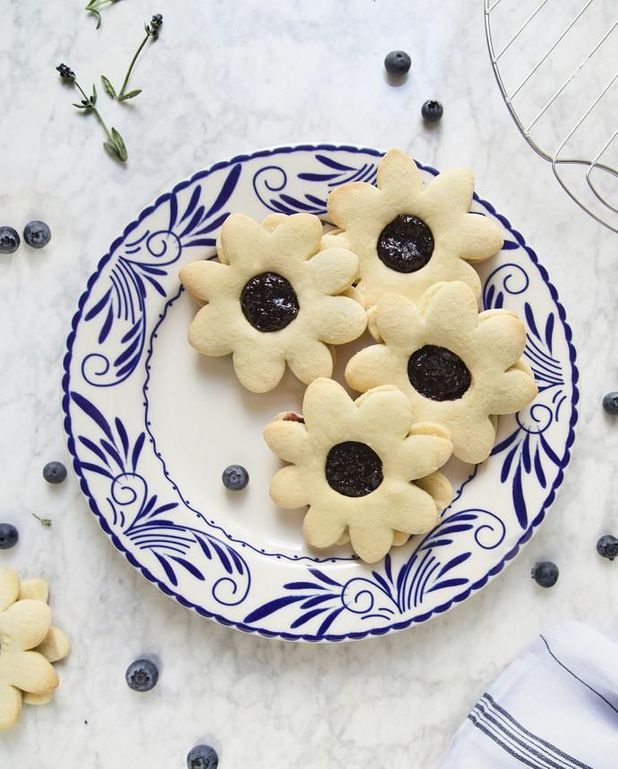 Biscuits et confiture myrtilles-lavande