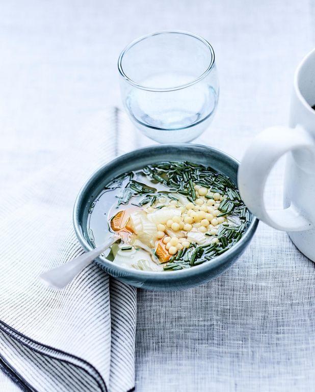 Bouillon aux légumes, petites pâtes et ciboulette