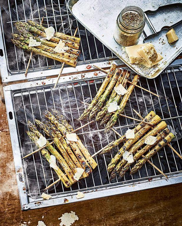 Brochettes d'asperges grillées, sésame, et parmesan