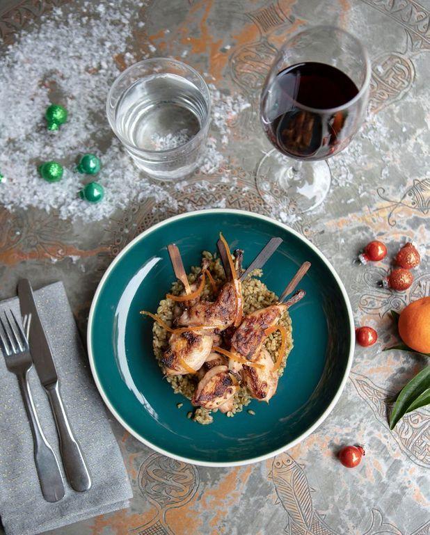 Brochettes de caille aux agrumes et blé fumé (Ferre bel frikeh)