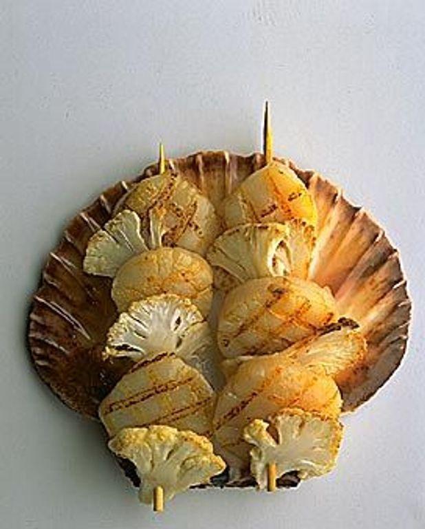Brochettes de noix de Saint-Jacques à la fondue de câpres et raisins secs