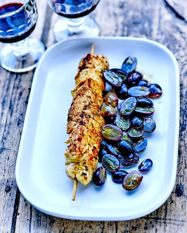 Brochettes de poulet fermier, raisins frais poêlés