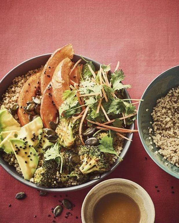 Buddha bowl quinoa potimarron, sauce cacahuète