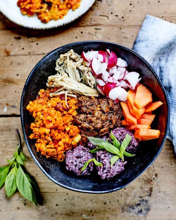 Buddha bowl shimejis, riz et lentilles, sauce tahini