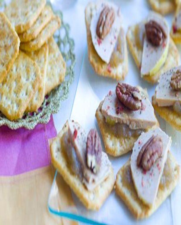 Canapés de crackers au foie gras et aux noix de pécan