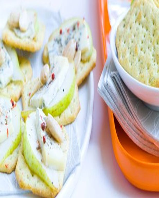 Canapés de crackers gorgonzola, poire et amande fumée