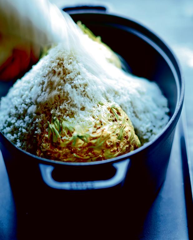 Céleri-rave en croûte de sel au beurre d'anchois