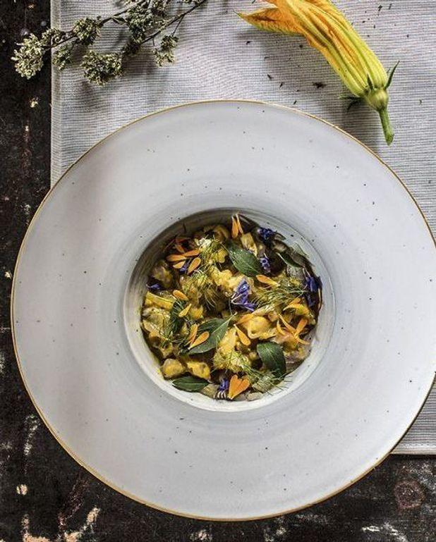 Ceviche de dorade, sauce amba et fleurs sauvages