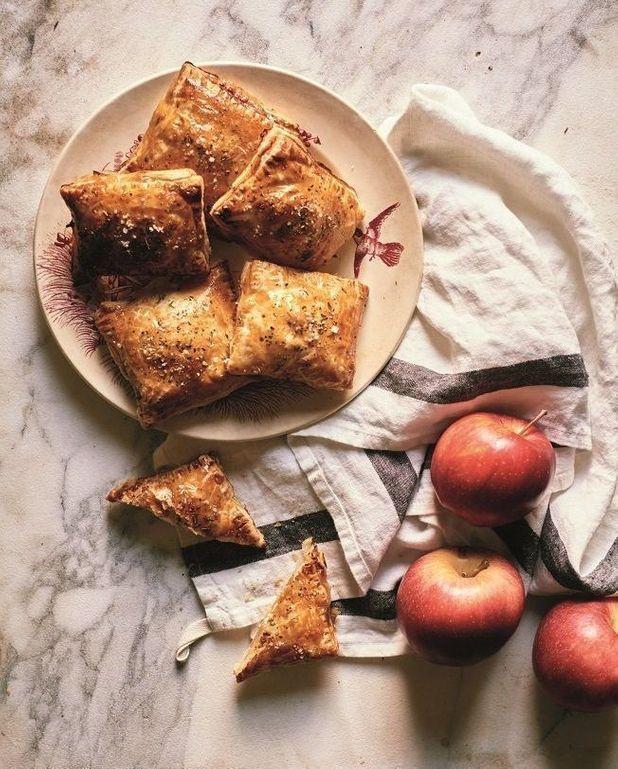Chaussons pommes, brie et oignon