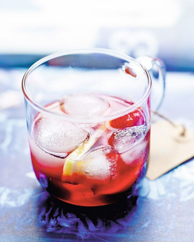 Cocktail hibiscus et fruits d'été comme une sangria