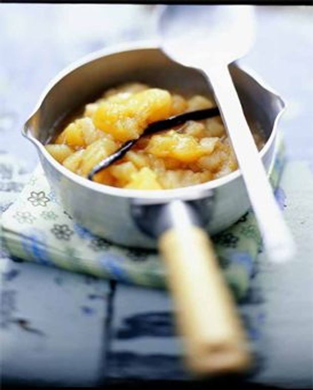 Compote de pommes mélangées et une poire