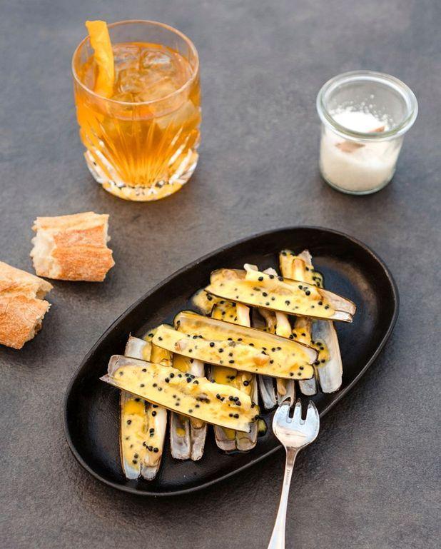 Couteaux aux oeufs de hareng fumé, cocktail trois couronnes
