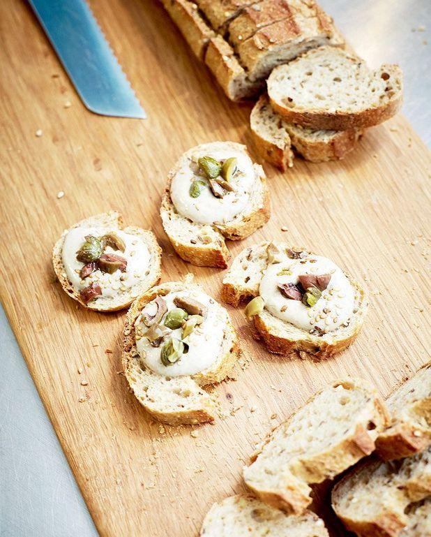 Crostini à la mousse de tofu, olives et câpres de Marco Bianchi