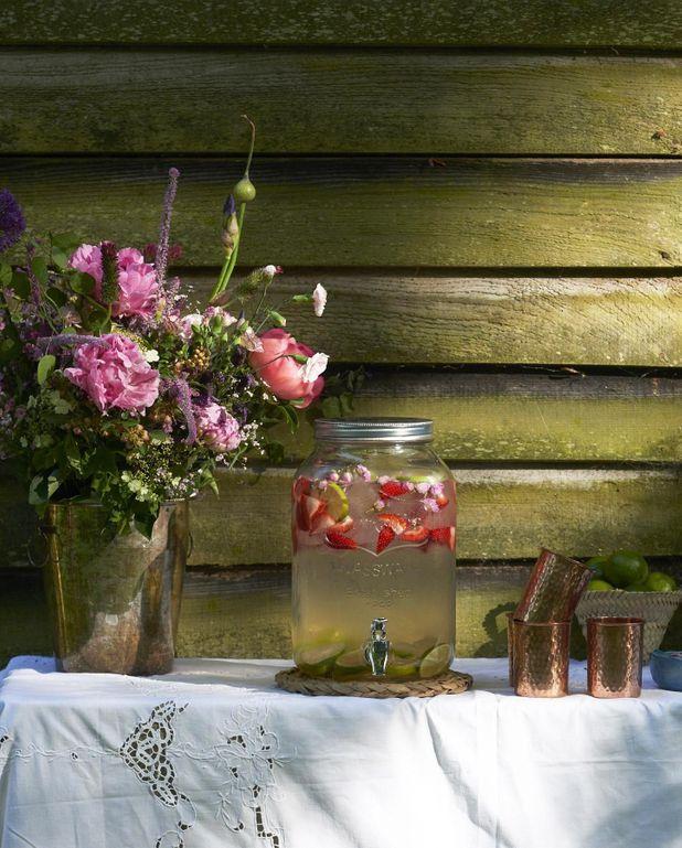 Eau détox roses, fraises et citron vert