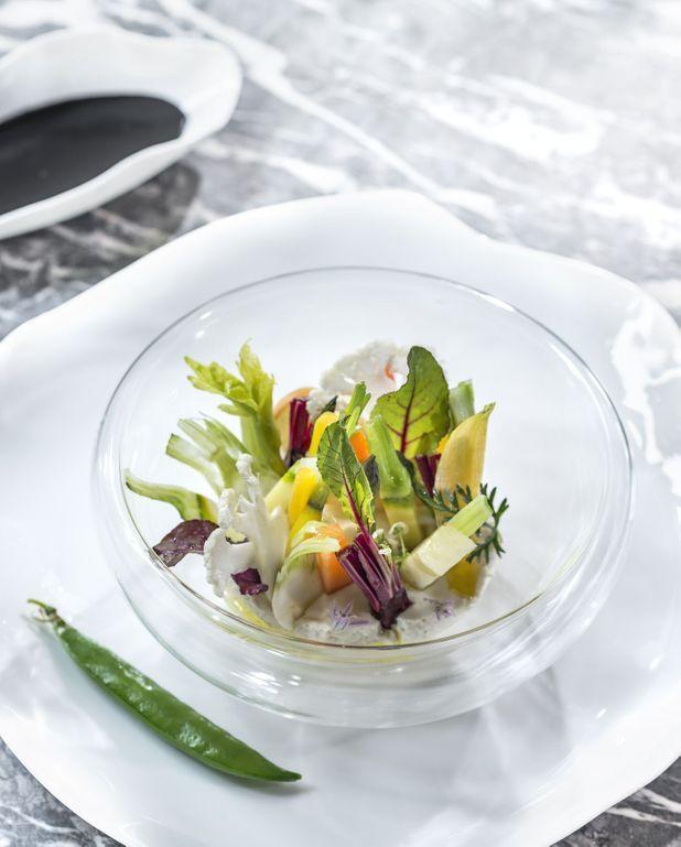 Entremets mousseux de céleri, sabayon de truffe, légumes croquants