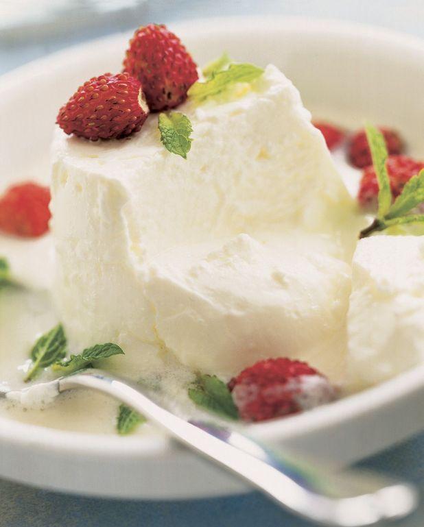 Faisselles aux fraises des bois, crème à la vanille et au miel