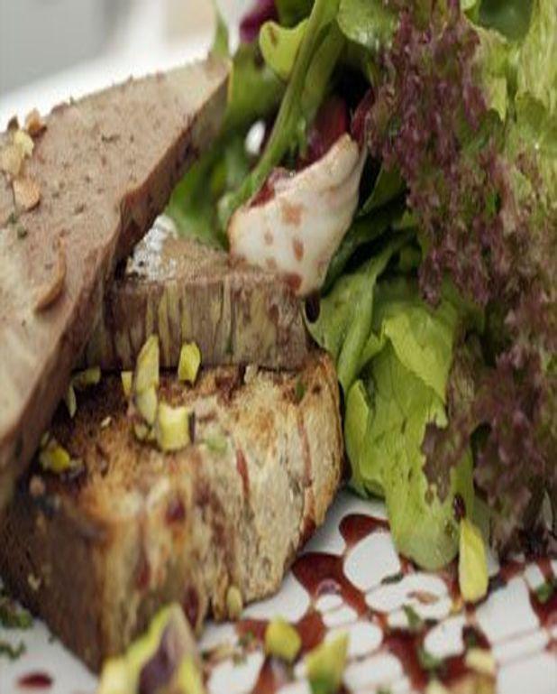 Foie gras sur nid de salade folle de printemps