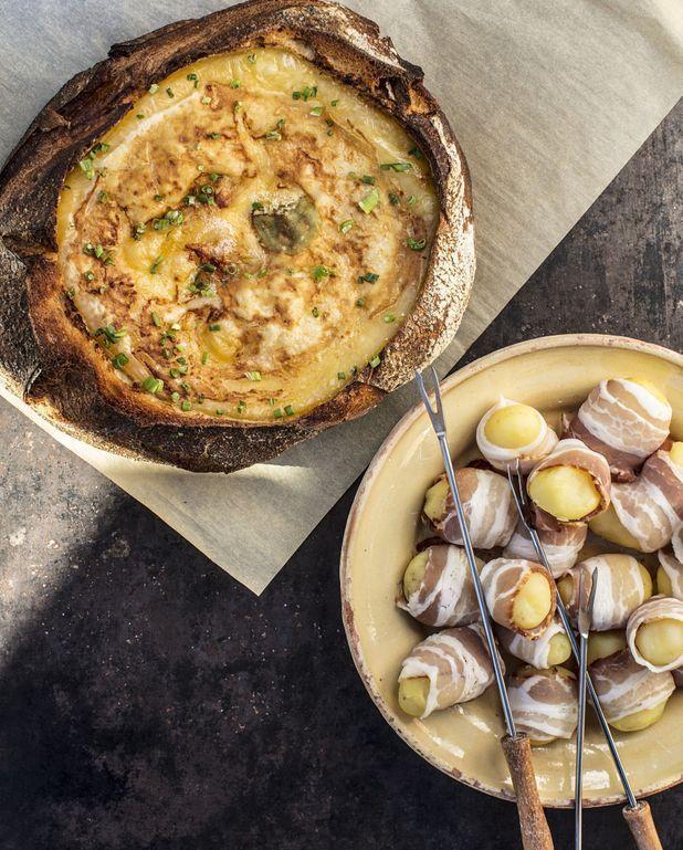 Fondue de reblochon cuit dans du pain, pommes de terre vapeur au lard