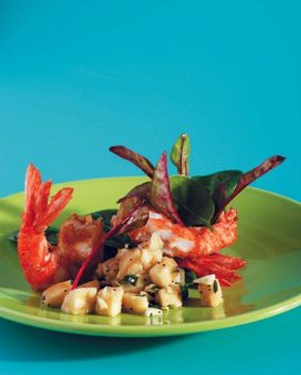 Gambas panés croustillantes, marinade d'huile d'olive à la banane et aux amandes, épinards pousse en salade