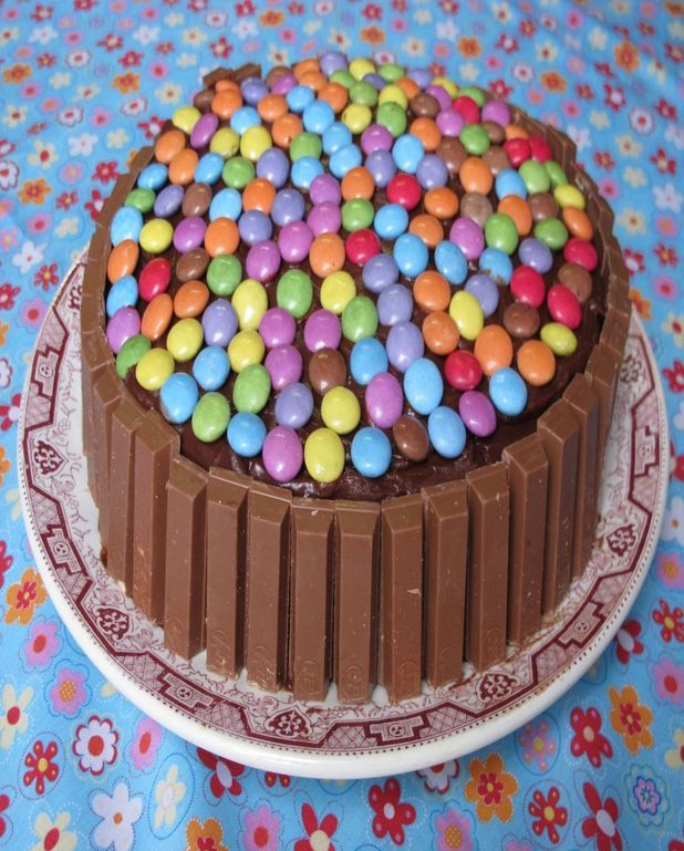 Gâteau au chocolat, kit kat et smarties