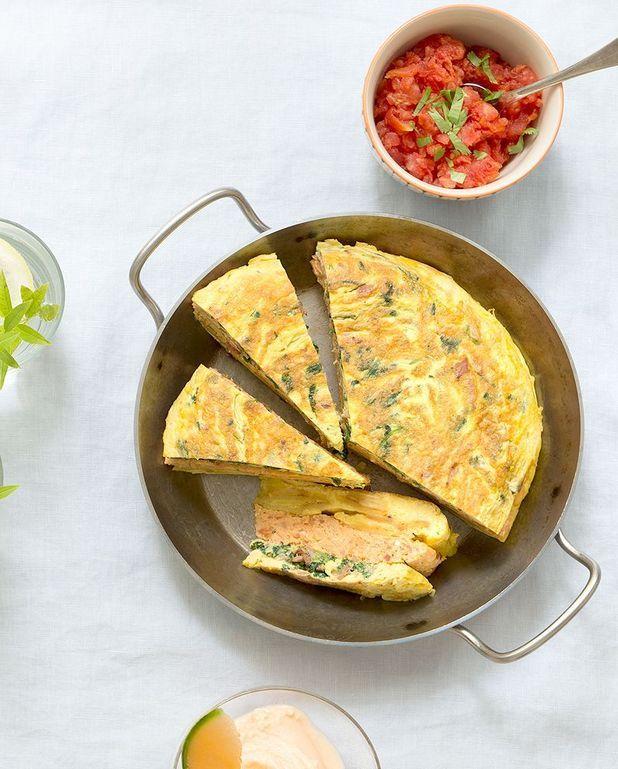Gâteau d'omelettes, salsa de tomates
