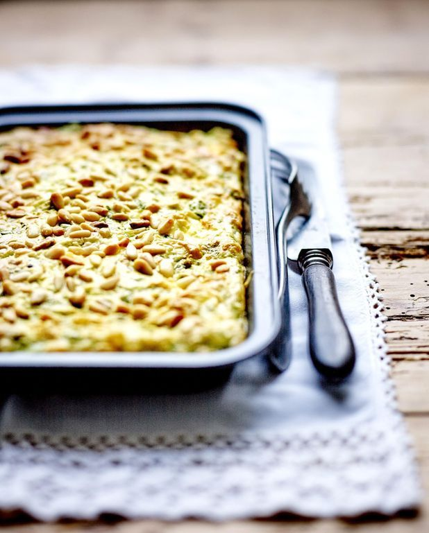 Gâteau de légumes verts, ciboulette et pignons