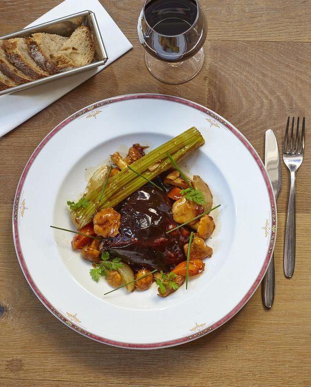 Gigot d'agneau, girolles et légumes