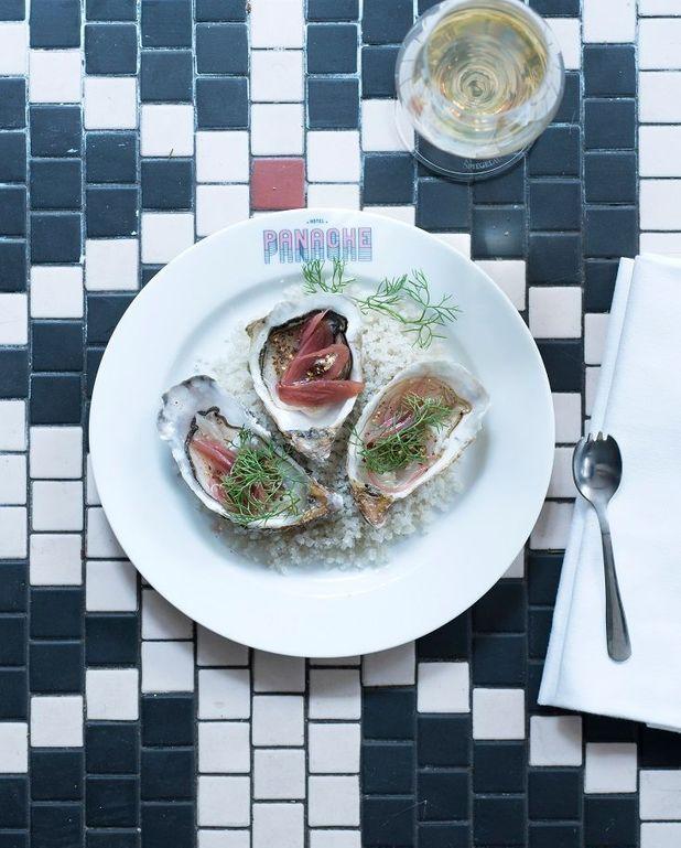 Huîtres, poivre et pickles d'oignons grelots