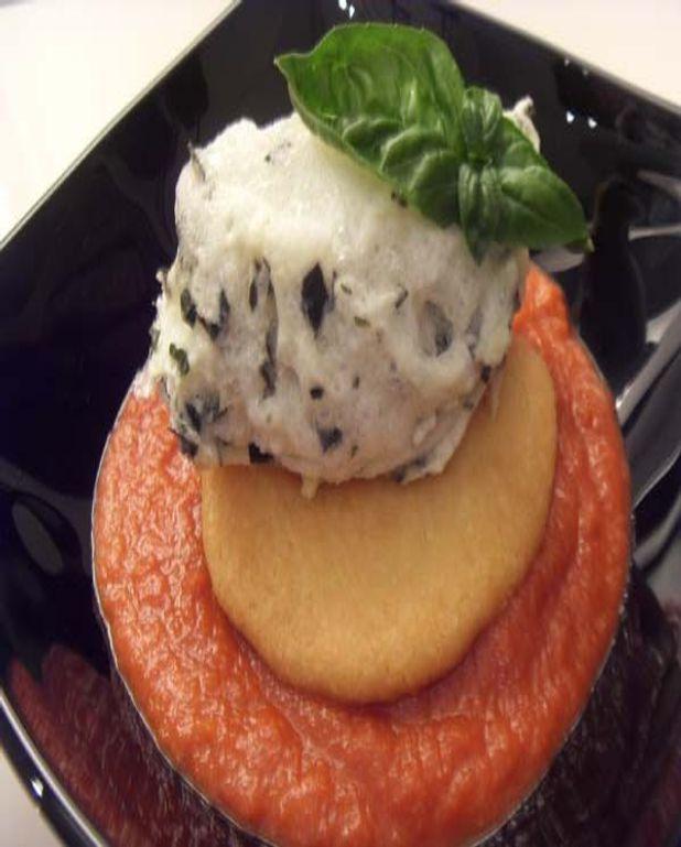 Ile flottante de basilic sur sablé au parmesan et coulis de tomate