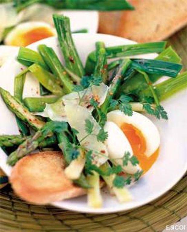 Jeunes poireaux et asperges tièdes, œufs mollets et parmesan