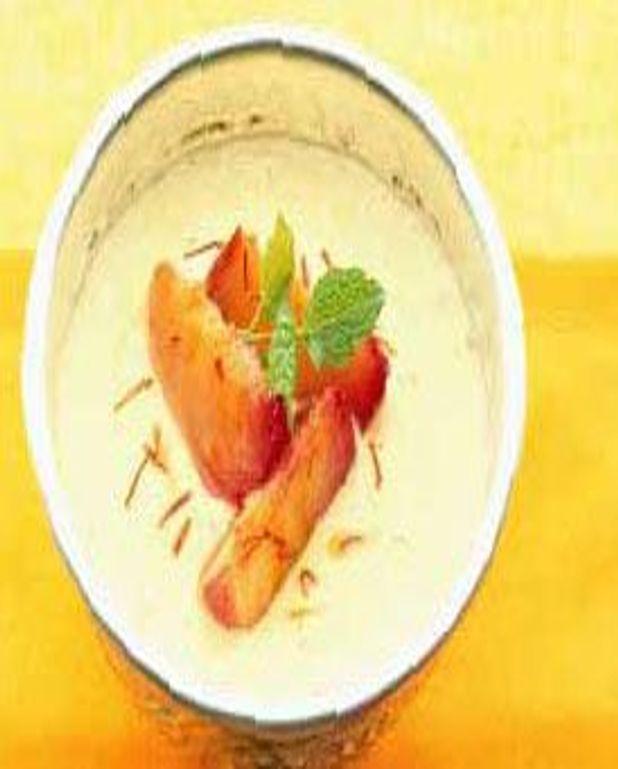 Lassi à la mangue et pêches rôties au safran