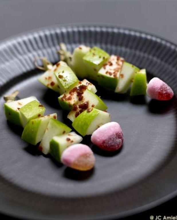 Les sucettes de pommes aux éclats de caramel, coulis kiwi, coulis fraise