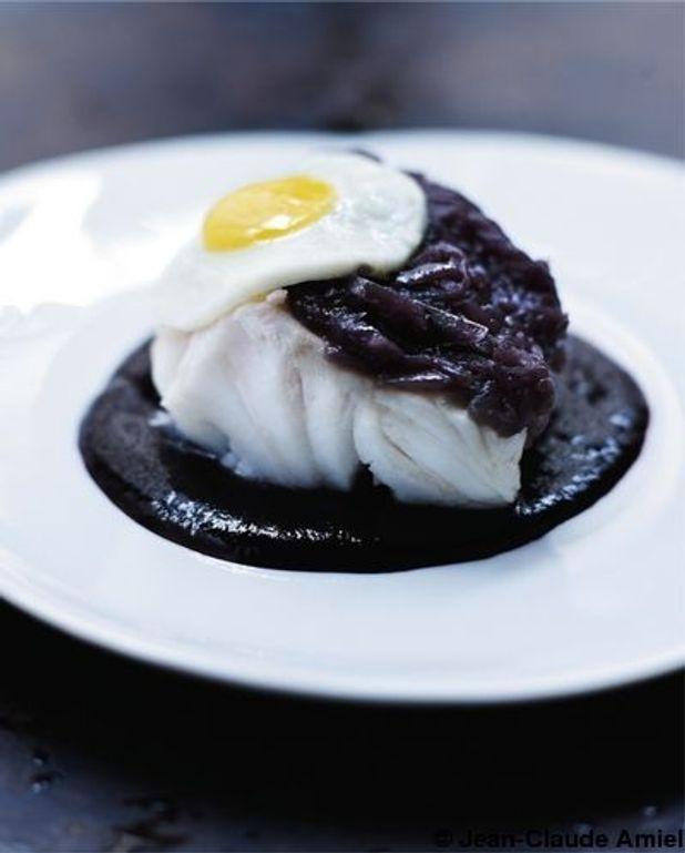 Lingue bleue, oignons rouges et œufs de caille, jus de vin chaud épicé