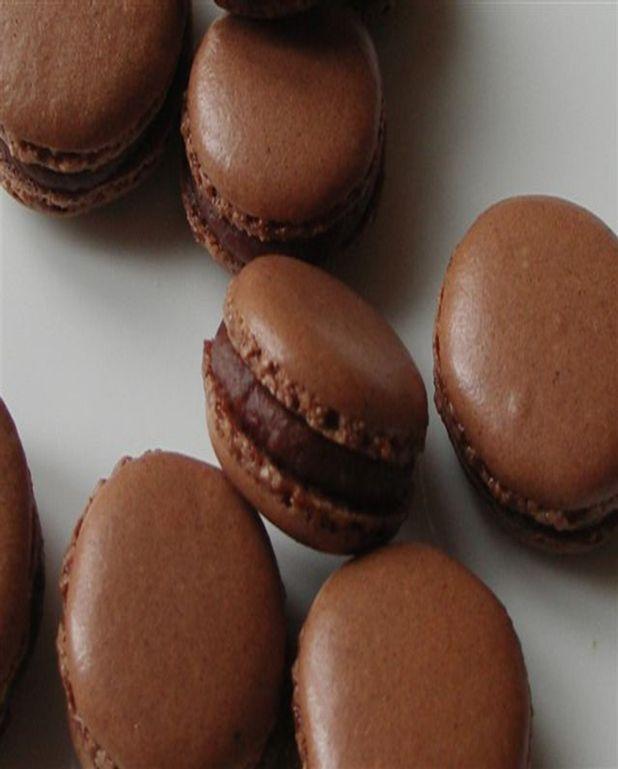 Macarons cacao - noisettes, ganache à la datte