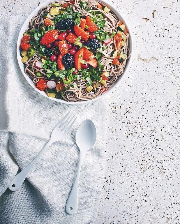 Nouilles soba multicolores aux fruits et légumes d'été