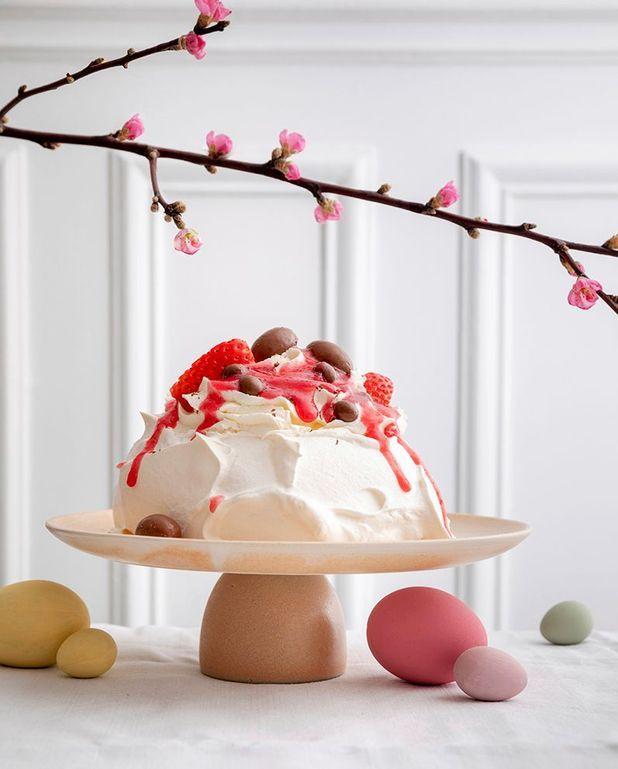 Pavlova aux petits œufs en chocolat et fraises