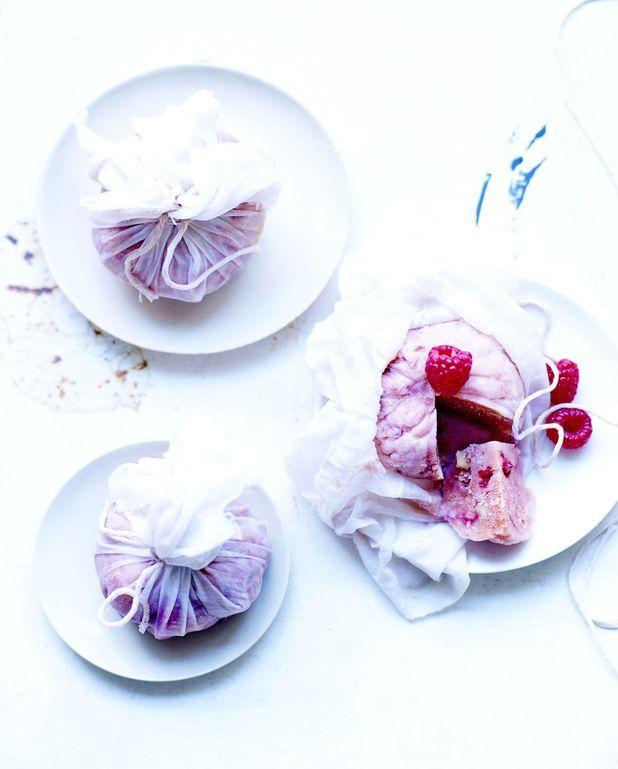 Petits puddings d'été aux fruits rouges en mousseline