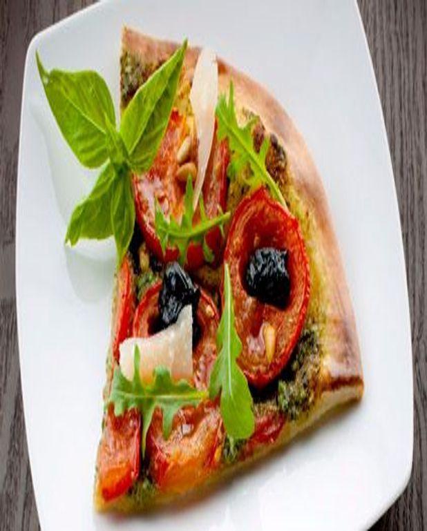 Pizza au pistou, basilic et tomates