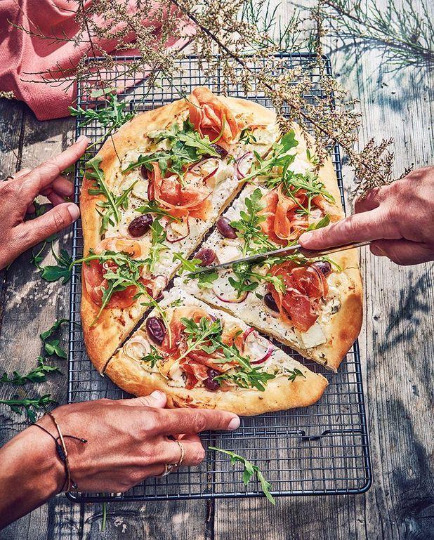 Pizza blanche et verte au barbecue