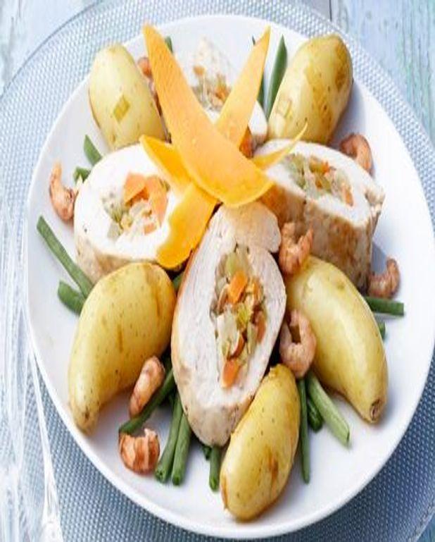 Pommes de terre et chapon farci dans un bouillon de crevettes grises